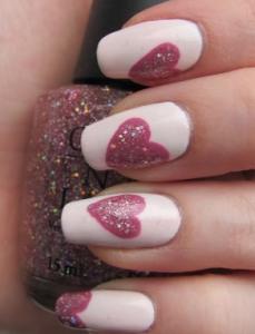 ピンクのハートネイルデザイン