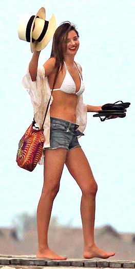 モデルのビーチ着こなし
