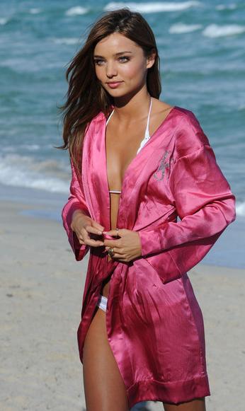海外モデルビーチコーデ